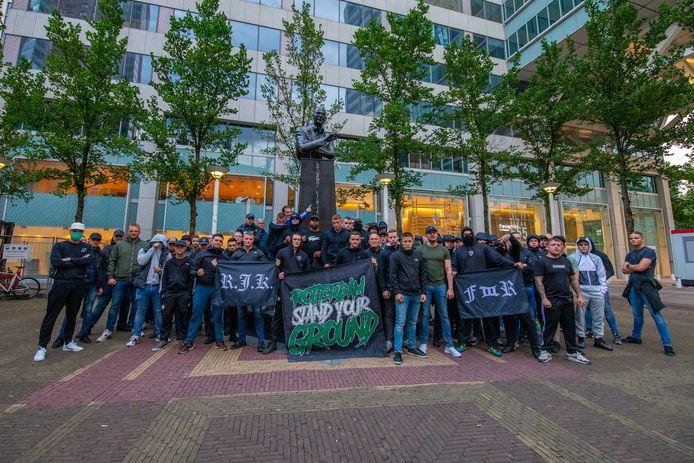 Tientallen leden van de harde kern van Feyenoord hebben vrijdagavond het standbeeld van Pim Fortuyn beschermd tegen bekladders.