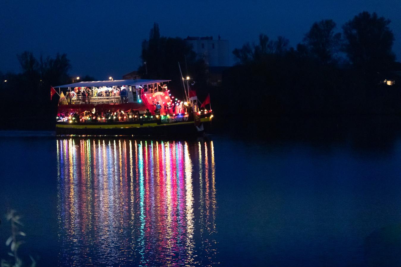De intocht van Sinterklaas vorig jaar - per boot - in Rhenen.