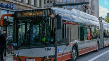 Man in levensgevaar na aanrijding met bus