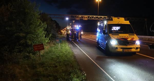Auto belandt op de kant in de berm van A50 na botsing: één gewonde.