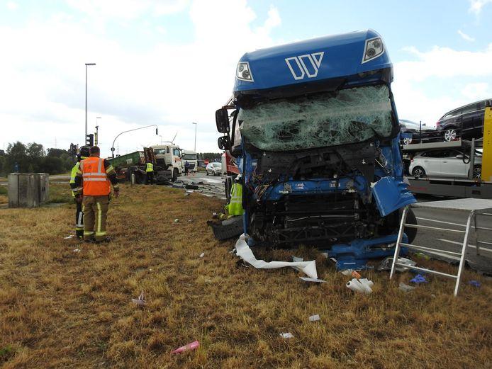 De trucker in de blauwe vrachtwagen zat gekneld en moest bevrijd worden.