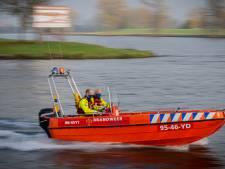 Met een stevigere brandweerboot vanuit Maasbommel de Gouden Ham en de Maas op