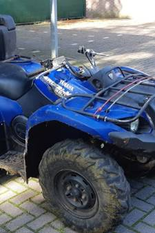 Quadrijder ramt politiewagen in Wezep en vlucht
