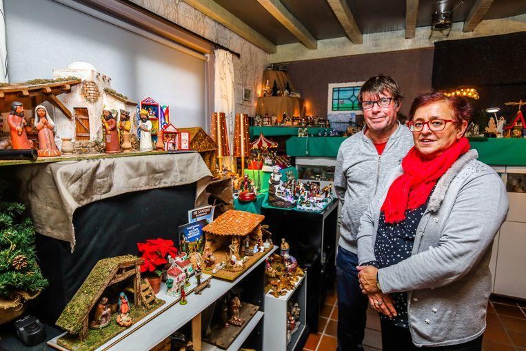 De woonkamer van Franky Leune en Chantal Decrop staat vol kerststallen