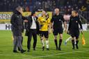 Een legendarisch moment: Meijers moet zijn trainer, Stijn Vreven, tegenhouden als hij verhaal komt halen bij scheidsrechter Siemen Mulder na de tumultueuze slotfase van NAC - FC Twente op 12 december 2017.