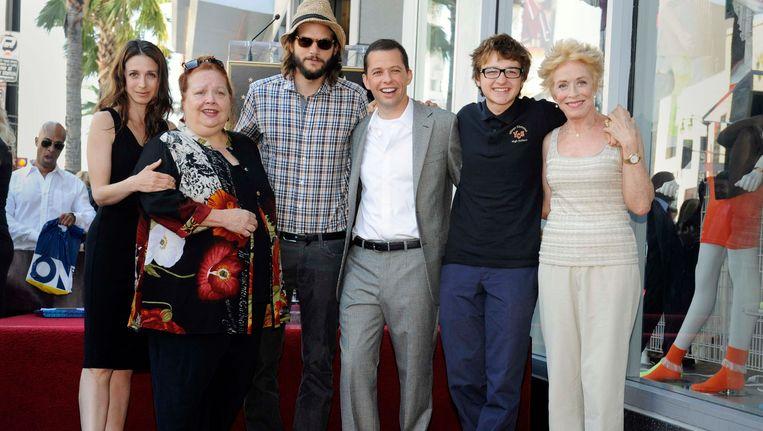 Ashton Kutcher (centraal) naast Jon Cryer, en de rest van de cast van Two And A Half Men. Cryer kreeg in 2011 zijn eigen ster op de Hollywood Walk of Fame.