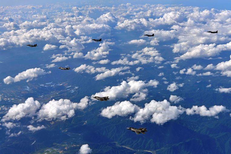 Amerikaanse F-35B-straaljagers en Zuid-Koreaanse F-15's samen in actie.