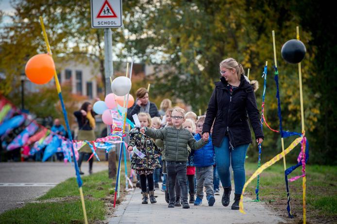 De kinderen kunnen tegenwoordig veilig over het voetpad naar school.
