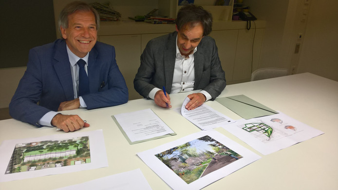 Wethouder Johan Weijland (l) bekijkt de plannen voor de kazerneterreinen in Ede.