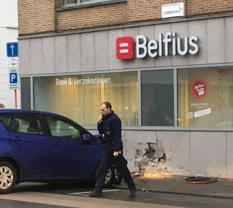 Een wagen reed tegen het Belfius-bankkantoor in de Doorniksewijk.