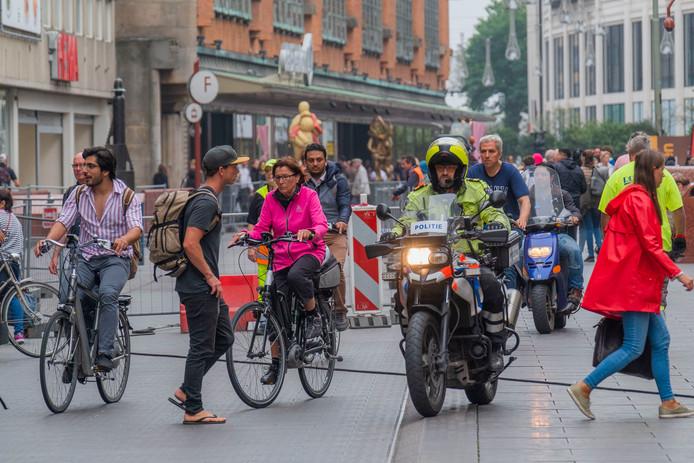 Fietsers en voetgangers buitelen over elkaar heen op de Grote Marktstraat.