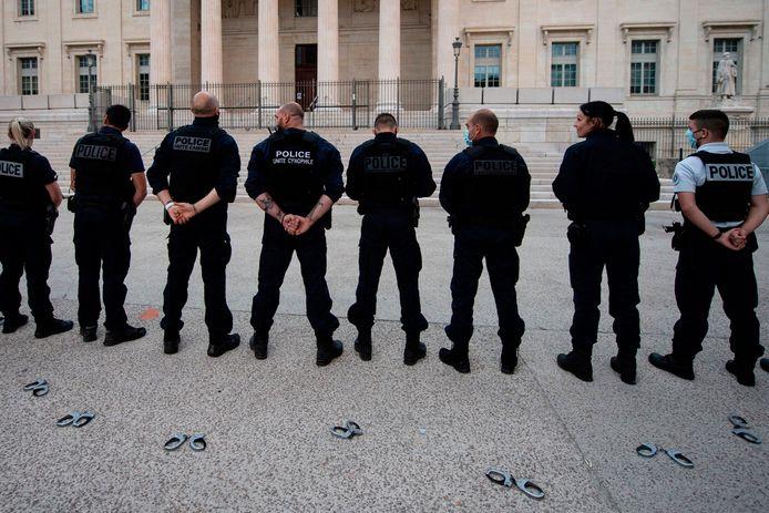 In Frankrijk kwamen gisteren heel wat agenten op straat uit protest tegen uitspraken van minister van Binnenlandse Zaken  Christophe Castaner over racisme en geweld bij de Franse politie. De agenten gooiden hun boeien op de grond als symbolische actie.