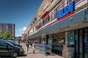 Vanuit de Aldi aan de Boschmeersingel zie je de winkelpassage en de flat van De Helftheuvel.