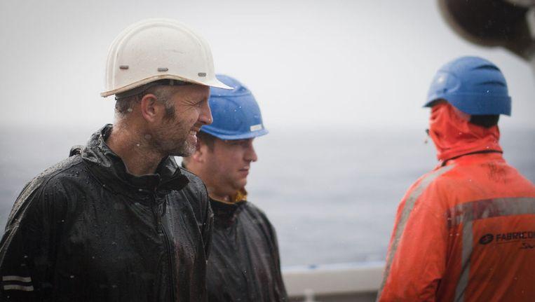 Yvo Witte (links) en Jan-Dirk de Visser (midden) worden nat, maar niet koud: het is nog altijd 25 graden celsius Beeld Ronald Veldhuizen
