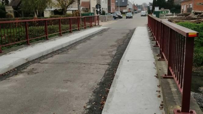 Door ouderdom versleten voetpaden op brug over Barebeek hersteld