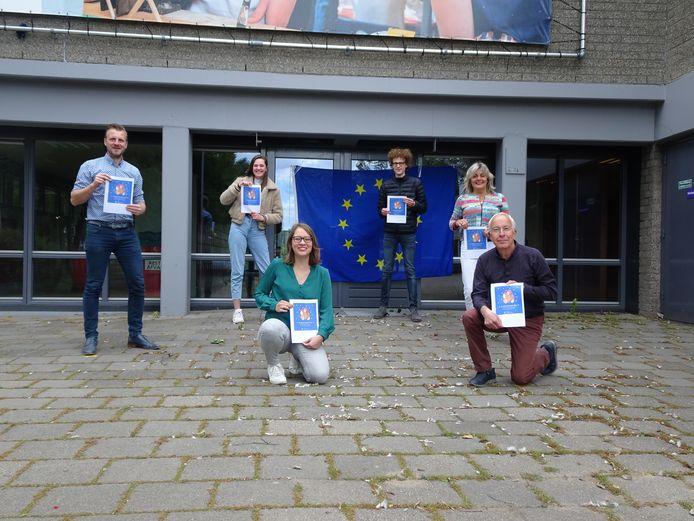 Leerlingen en docenten van Het Streek College in Ede met de prijs die de school heeft gewonnen met haar onderwijsproject over de Europese Unie.