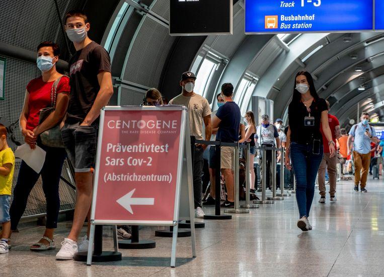 Op het vliegveld van Frankfurt laten reizigers zich testen op corona. Beeld AP