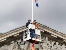Dankzij hoogwerker een blik op timpaan Stadhuis én Utrechtse binnenstad