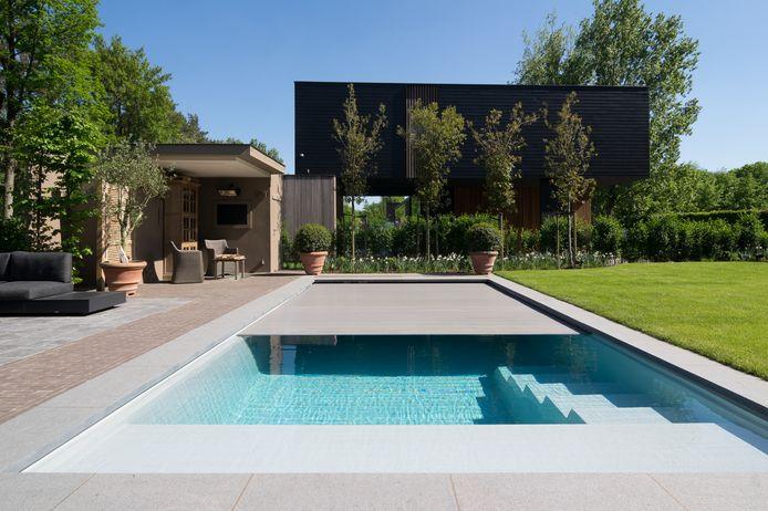 Stop je met zwemmen? Dek je zwembad dan af, zo blijft het water langer op temperatuur.