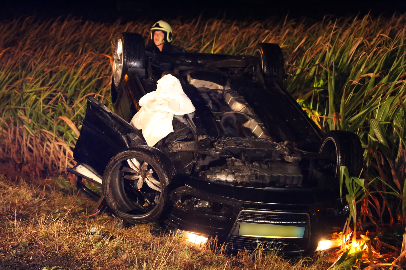 Automobilist belandt op de kop in het maisveld in Venhorst.