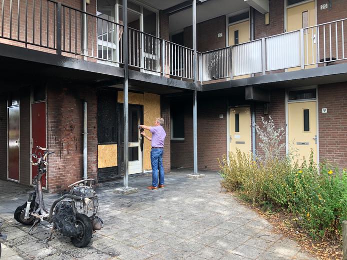 Sporen van rook en roet zijn de stille getuigen van een scooterbrand vannacht in Apeldoorn. Maar vooral de felle hitte veroorzaakte fikse schade aan de pui.