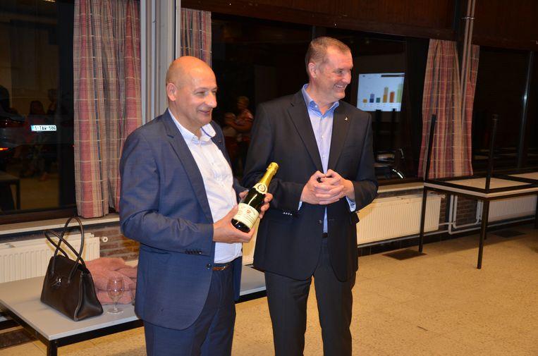 Du Tré ontvangt een fles champagne uit handen van partijvoorzitter Peter Van Bossche.