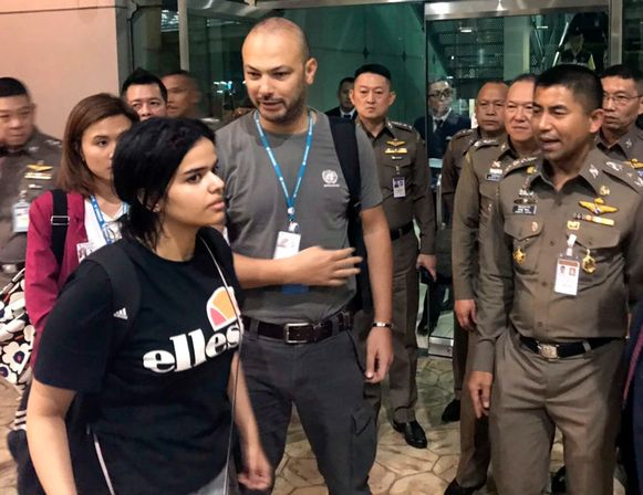 Rahaf Mohammed Al-Qunun verlaat de luchthaven van Bangkok.