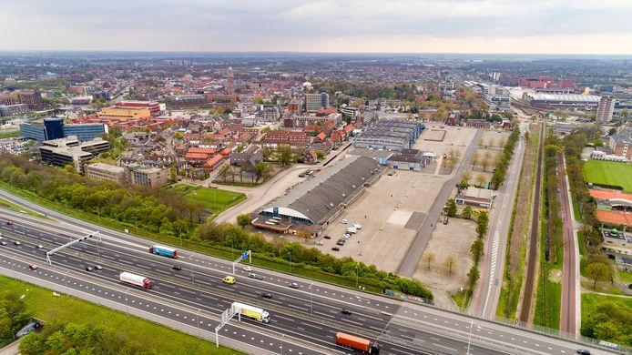 De IJsselhallen in Zwolle, tussen spoor en snelweg. Rechtsachter het station.