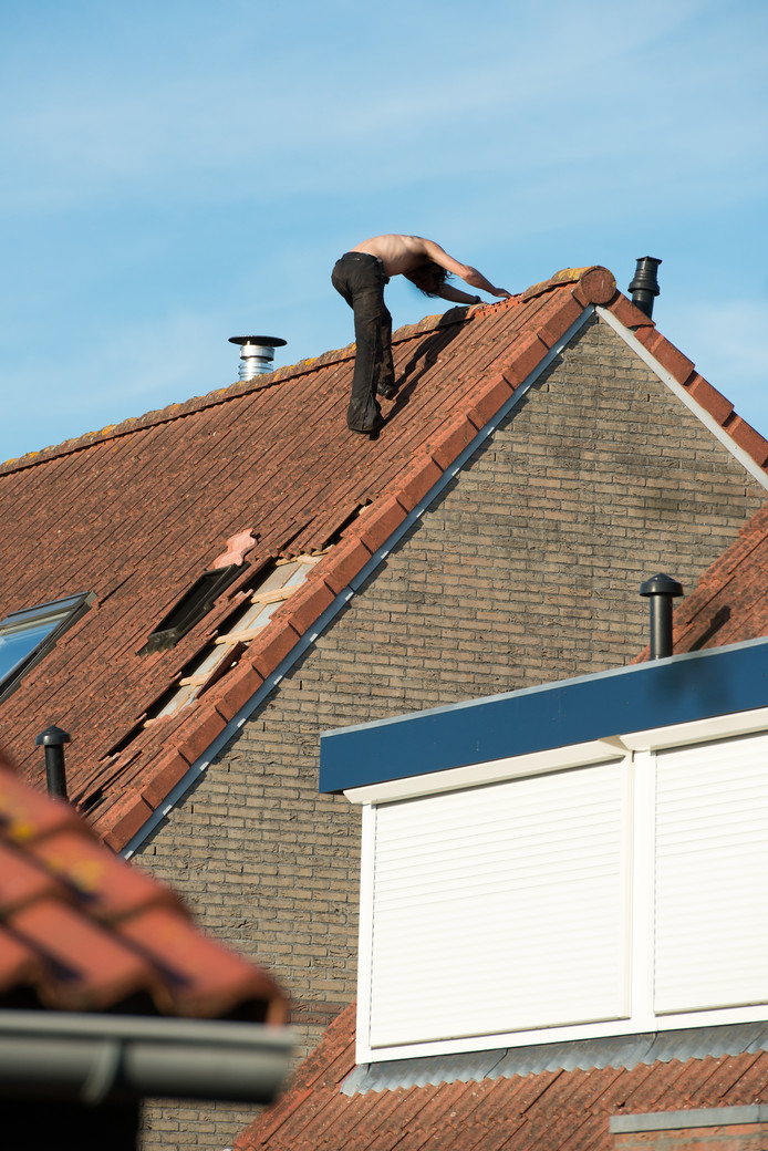 Een verwarde man in Nunspeet werd vorig jaar door een arrestatieteam van het dak gehaald.