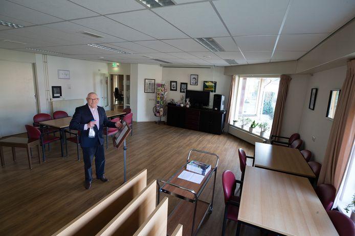 Henk ter Voert in gemeenschapshuus Averhof waar op dit moment vanwege de coronavirus geen activiteiten voor ouderen zijn.