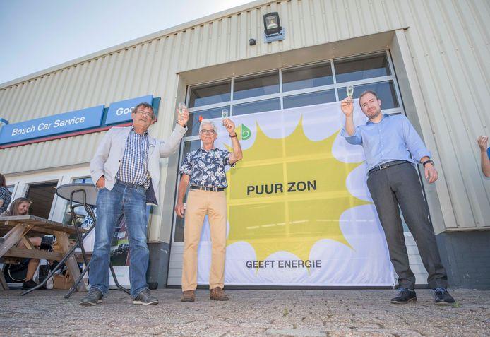Coöperatievoorzitter Piet van Holsteijn, initiatiefnemer Klaas van der Woude en wethouder Joost de Goffau proosten alcoholvrij op de ingebruikname van het zonnedak.
