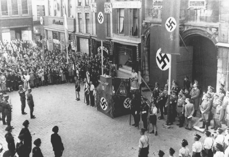 NSB'ers en SS'ers bijeen op de Grote Markt in Nijmegen.