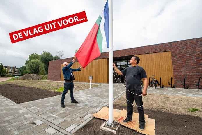 René Driesen hijst met Djon Simaela, beheerder van buurthuis Kaju Putih in Alphen, de Molukse vlag.