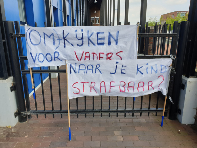 Het spandoek voor de rechtbank in Almelo