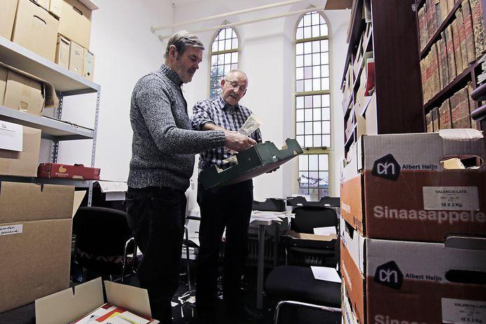 Gerard van der Linden (rechts) en Lambert van Hintum pakken heemkundespullen in in de voormalige kamer van de abdis.