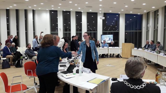 Melissa van der Lingen (midden, blauwe blouse) volgt Rani Temminck op in de partij Connect Wageningen.
