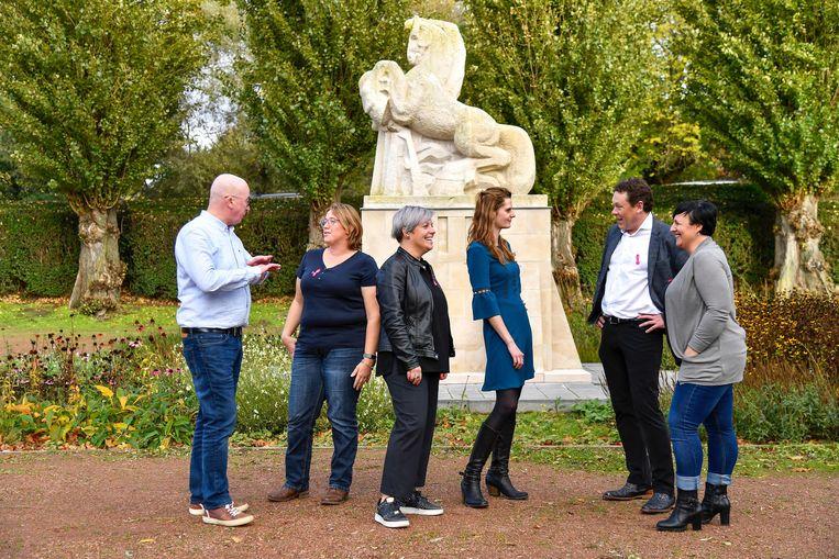 Voor de foto van de maand mei trok Het Poetsbureau met burgemeester Buyse naar het standbeeld van het Ros Beiaard.