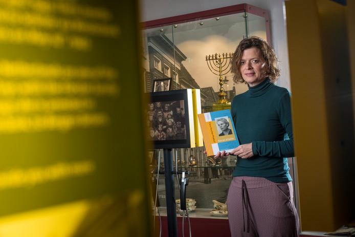Esther Rozendaal-van Belle met de vertaalde gedichten van Clara Asscher-Pinkhof in museum De Sjoel in Elburg.