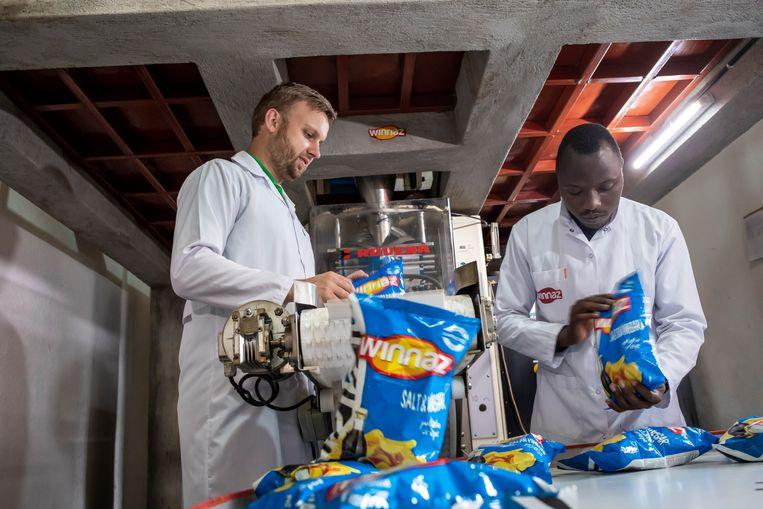 Boer samen met zijn productiemanager Egide Niyibizi, in zijn chips fabriek. Beeld Sven Torfinn
