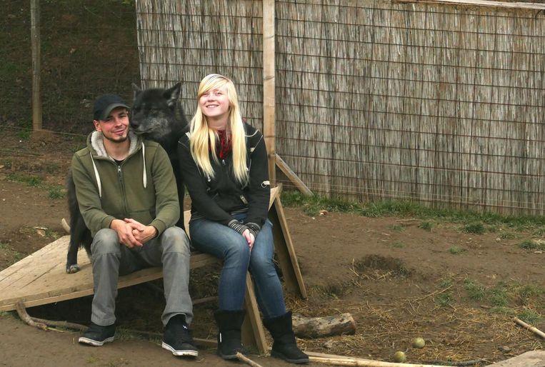 Guy en Sharon bij een van hun wolfshonden.