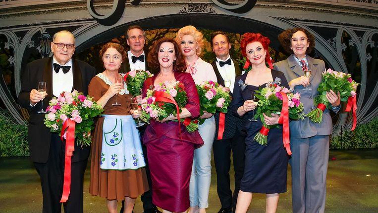 De cast van In de ban van Broadway bij de première, 4 juni 2016. Beeld anp
