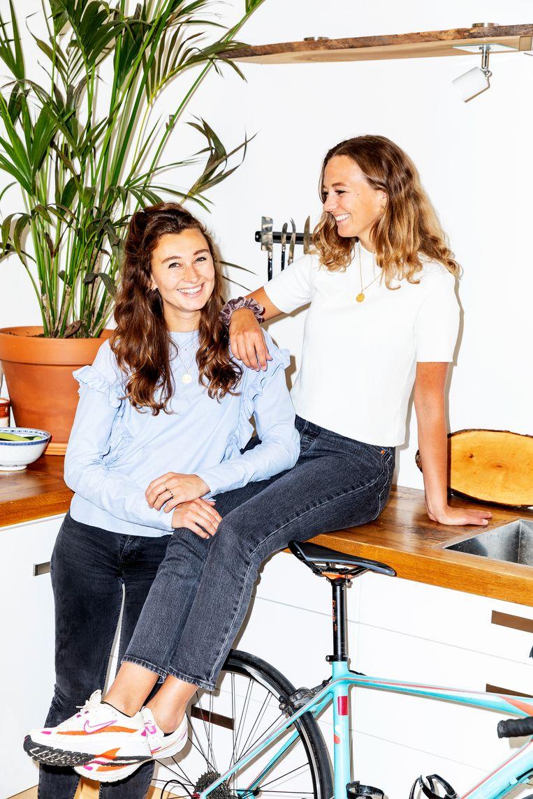 Quirijn (blauwe blouse) en Jobien de Geus Beeld Marie Wanders