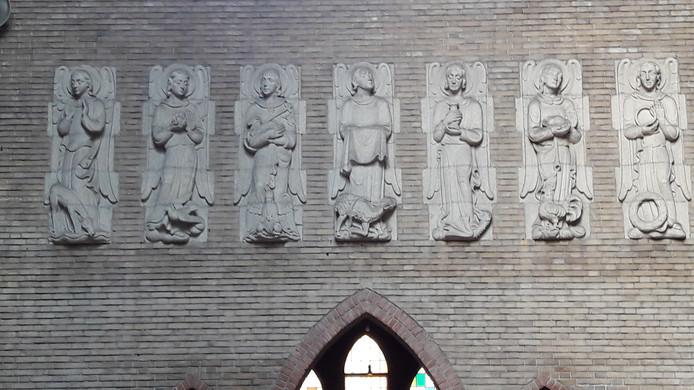 Traditioneel, maar van hoge kwaliteit. Een deel van de beelden van kunstenaar Charles Eyck.