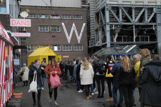 Herhaaldelijk stonden er aanzienlijke wachtrijen voor de ingang van het Werkwarenhuis op de Tramkade