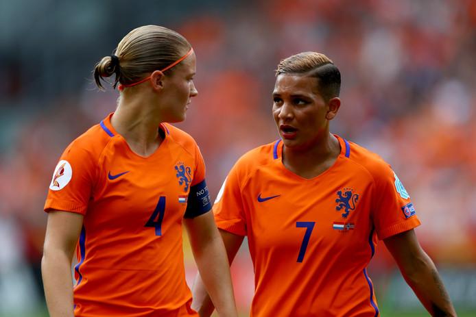 Aanvoerder Mandy van den Berg met doelpuntenmaakster Shanice van de Sanden.