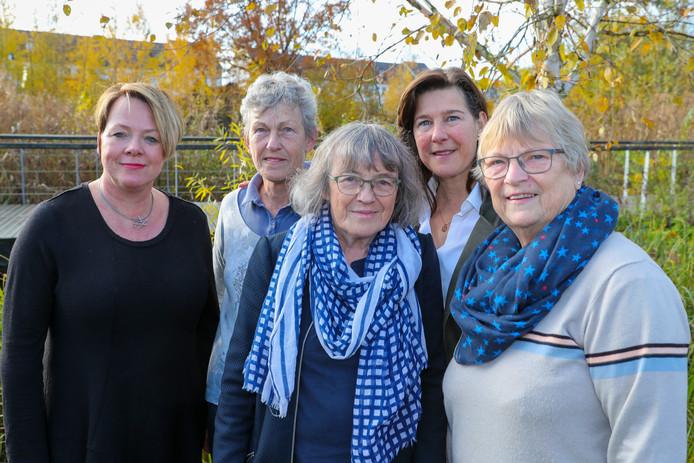 Organisatoren van de Wereldlichtjesdag in Oirschot. (V.l.n.r.): Berdien van de Ven, Mary Oomen, Christianne van de Wal,  zangeres Esther van Hamsvoort en Diny van de Laar.