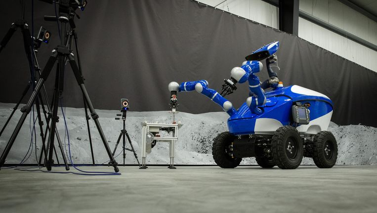 Het robotwagentje Interact rijdt rond in Noordwijk, maar wordt bestuurd door een Deense astronaut in het International Space Station. Beeld anp