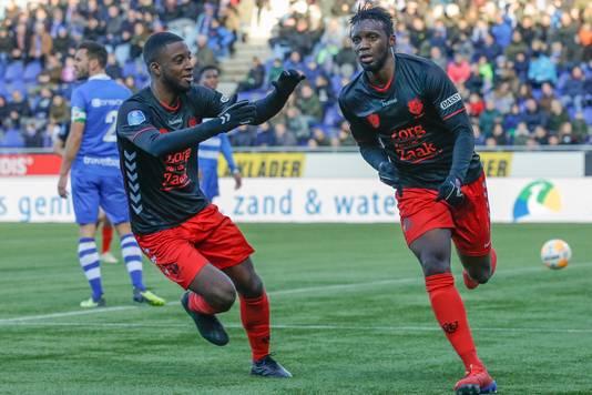Rechts Jean-Christophe Bahebeck, die zijn goal tegen PEC Zwolle viert met Riechedly Bazoer.