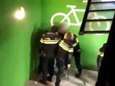Politie fotografeert aanhouding weerspannige man in Almelo