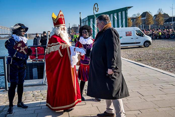 Burgemeester Bruls verwelkomt Sinterklaas op de Waalkade in Nijmegen, op 17 november.
